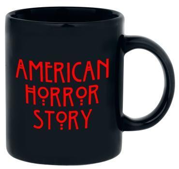 """Tasse aus Keramik zur TV-Serie """"American Horror Story""""  Motiv: Logo Füllmenge: 0,3 l  Ihr steht auf ein bisschen Horror am Morgen? Kein Problem, mit der schwarzen """"Logo"""" Tasse von American Horror Story könnt ihr alle Geschichten aus dem American Horror Story Universum nochmal durchleben. Auf der Tasse prangt der typische American Horror Story Schriftzug."""