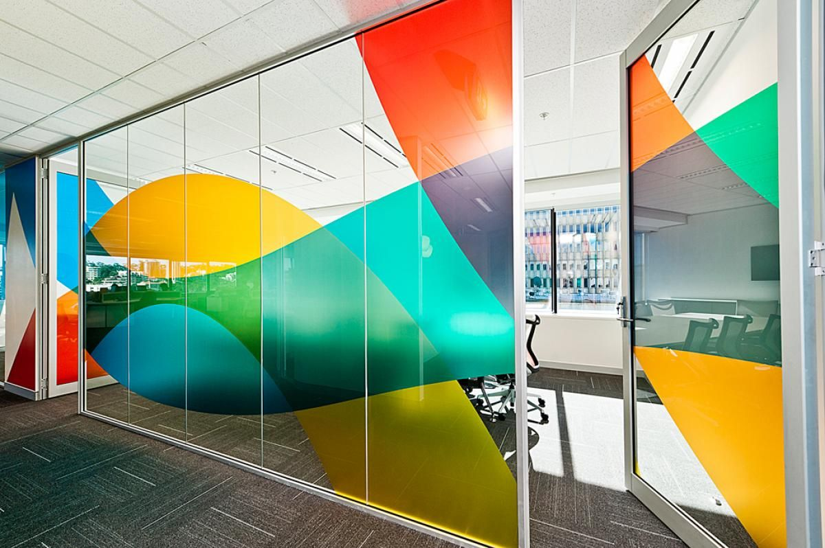 Graphic Design Muur : Colourful window graphic in an office #office #wall #graphic