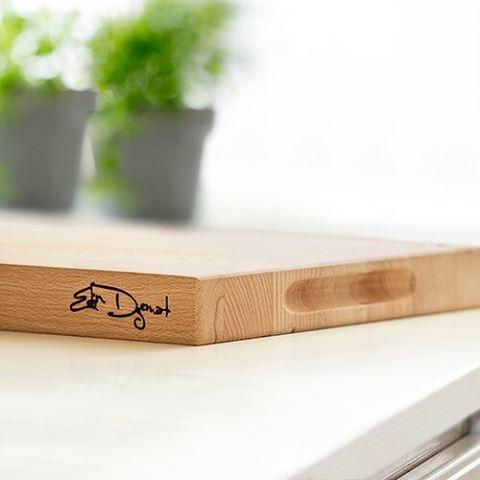 Bli en stjärnkock på att laga mat! ⭐️ Nu finns Edin Dzemats skärbräda från Sagaform i butiken! Handtag på sidorna, måttangiven på ytan och tåligt material som är skonsamt för kniven, allt för att underlätta i köket! Den är även signerad som en snygg detalj på sidan! 👆🏻 #sagaform #edindzemat #stjärnkock #skärbräda #kitchentools #kitchendetails #signature  Yummery - best recipes. Follow Us! #kitchentools #kitchen