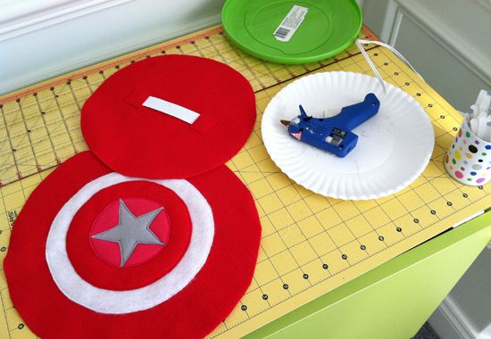 DIY: Super Hero Shield using felt and a frisbee! Parker would love this