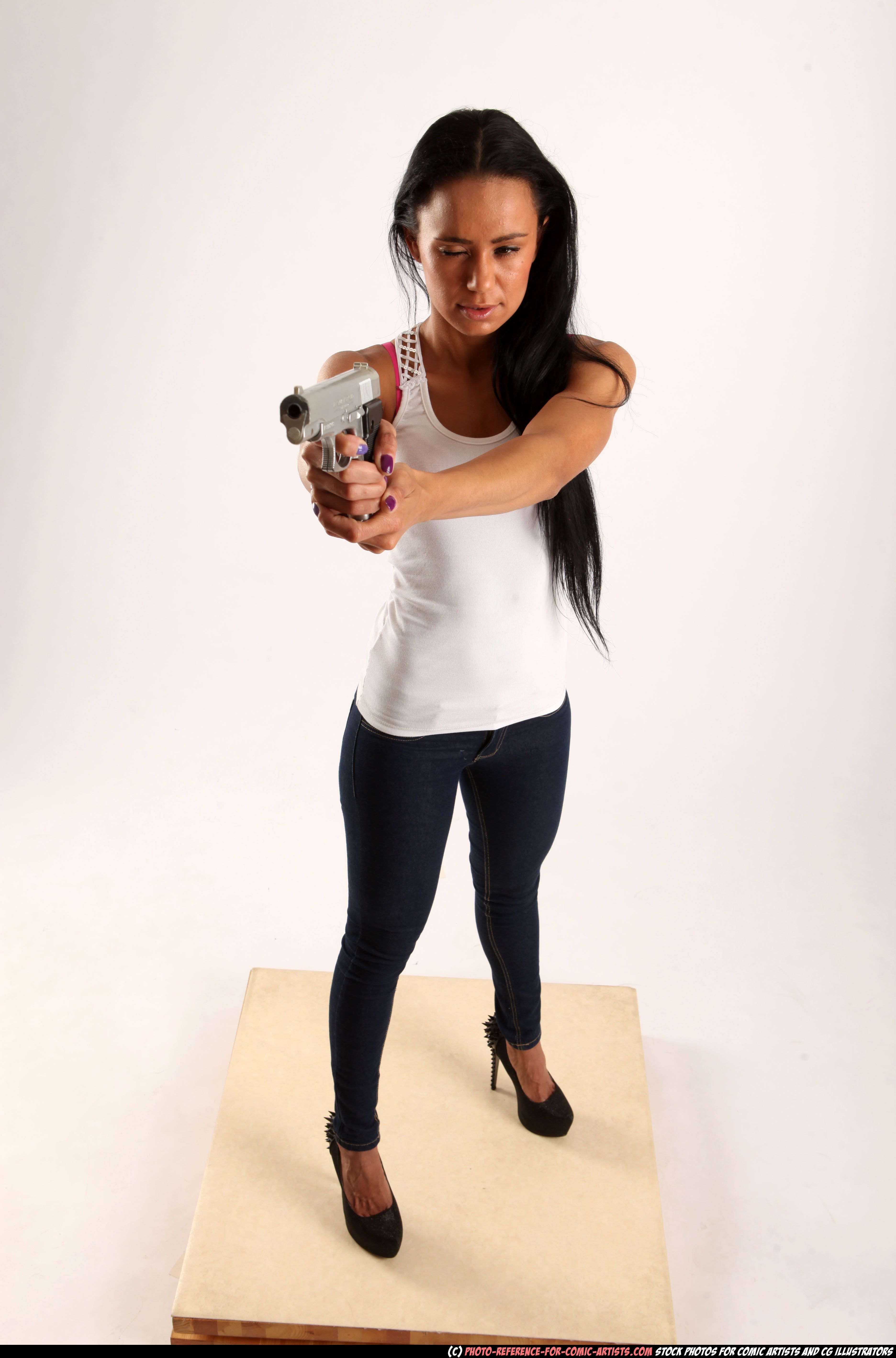PHOTO OF WOMAN YOUNG ATHLETIC FIGHTING WITH GUN STANDING ...