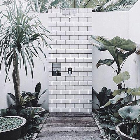 Outdoor shower. cr @haveliofbyronbay  #outdoorspace #outdoorshower #shower #design #design123 #inspirasjon #inspiration