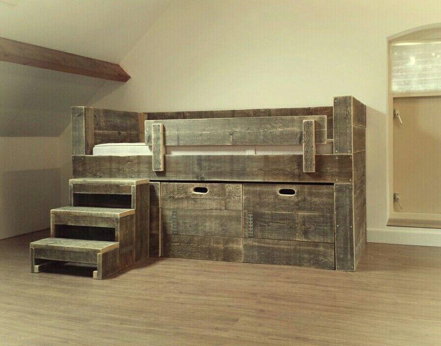 Stoere half hoogslaper van steigerhout van CustomThijs met los trapje en grote verrijdbare kisten