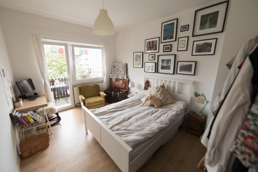 Schones Schlafzimmer Mit Bildwand Und Einem Durchgang Zum Balkon
