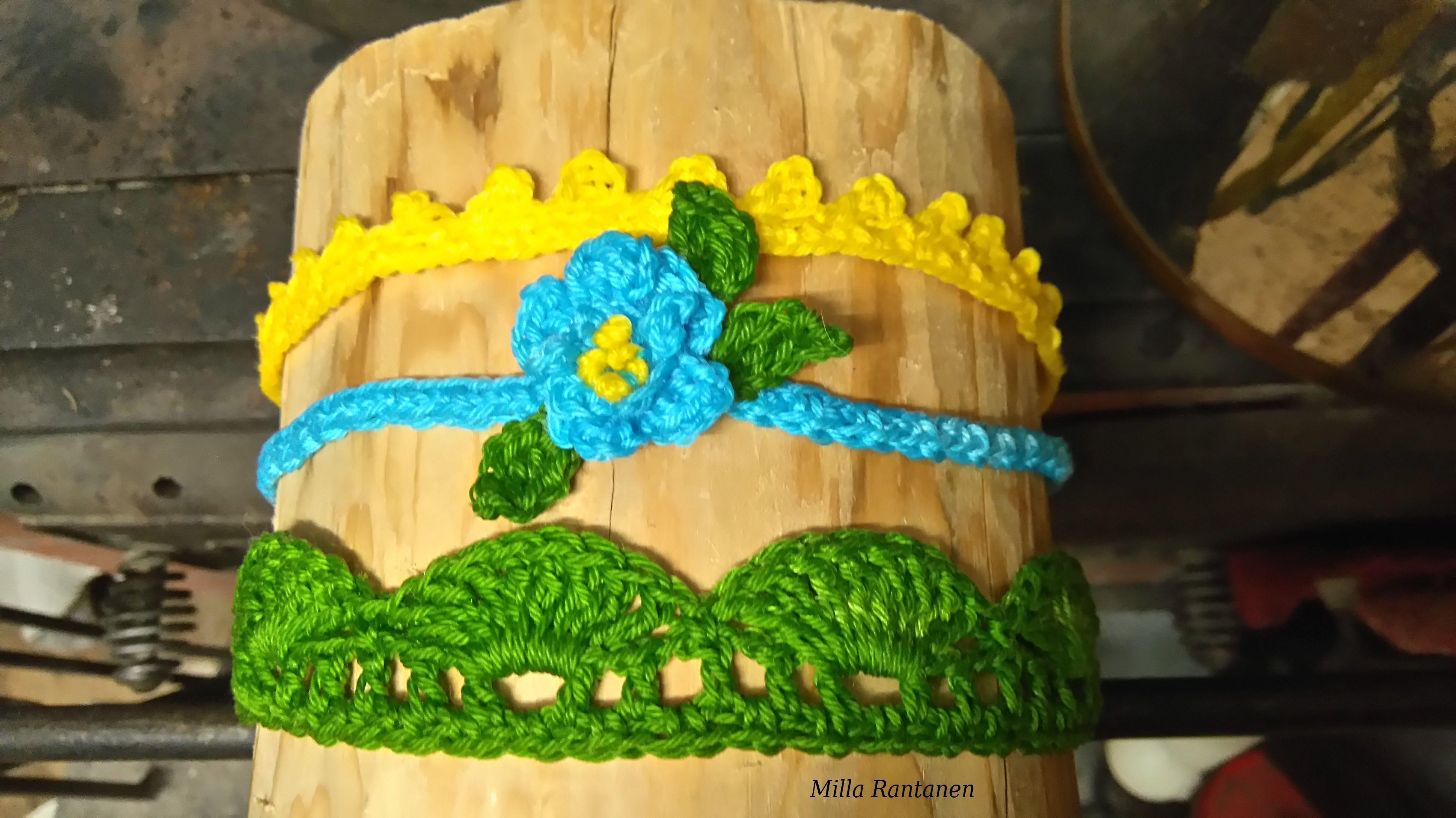 Virkatut hiuspannat tukilla kuivumassa kevyen tärkkäyksen jälkeen.Crocheted headbands.