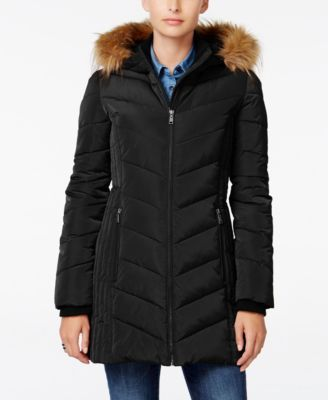 ... bunda s kapucí. Stay snug and warm when the weather takes a turn for  the worse with this faux-fur-trimmed puffer coat from Tommy Hilfiger. d794f08fc5