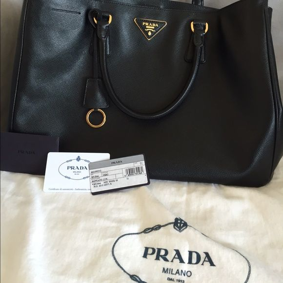 b688e88780b710 PRADA Saffiano Lux Large Tote Black This is an authentic PRADA Saffiano Lux  Tote in Nero
