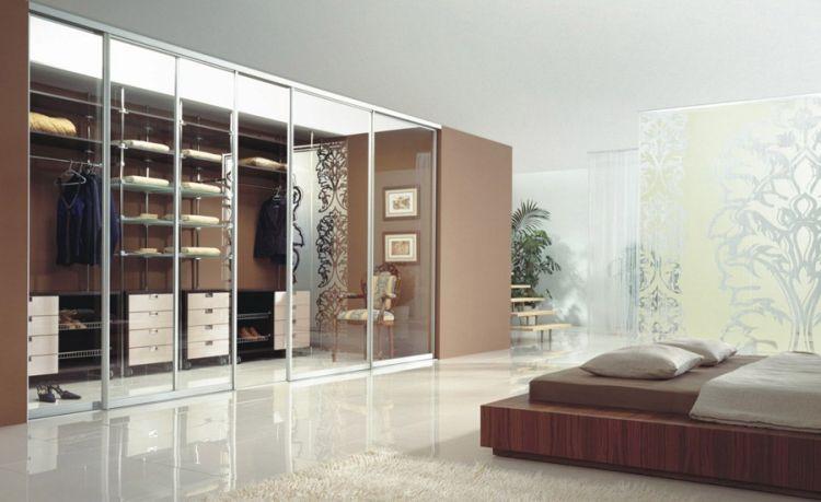 idée dressing intégré avec portes coulissantes en verre dans la