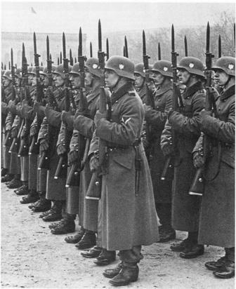 Présentation des armes par ce détachement de la Wehrmacht.