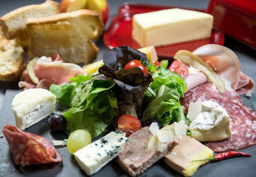 La planche mixte charcuterie et fromage de Charles Leriche #charcuterie #fromage #streetfood #foodtruck #cuisine #gastronomie #charlesleriche charles-leriche.com