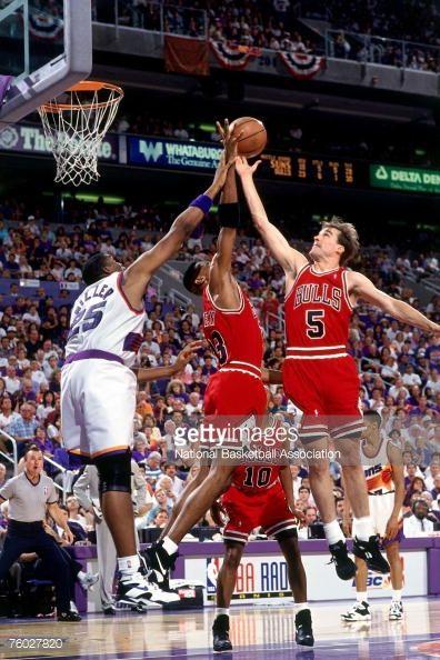 Fotografia de notícias : John Paxson of the Chicago Bulls attempts a layup...