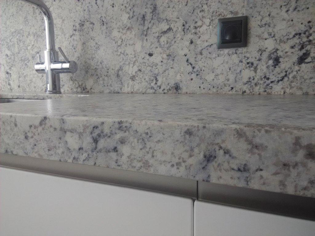 Cocina blanca con granito gris cce cocinas pinterest for Cocinas blancas con granito