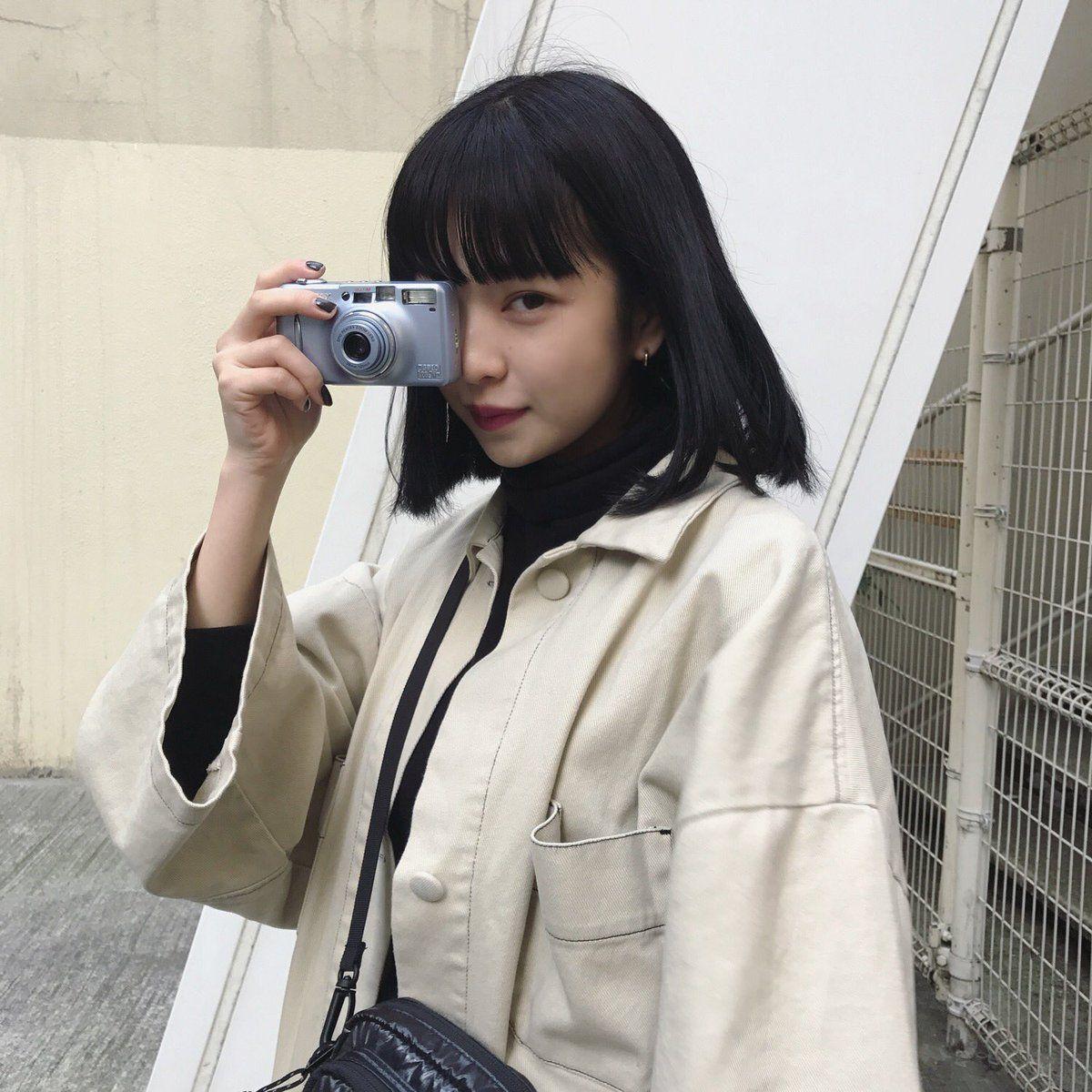 カメラで撮影する田中芽衣