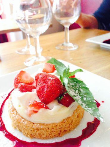 Sablé Breton, crème patissière et fraises fraiches http://www.restaurant-picotin.fr/ Le Picotin ...