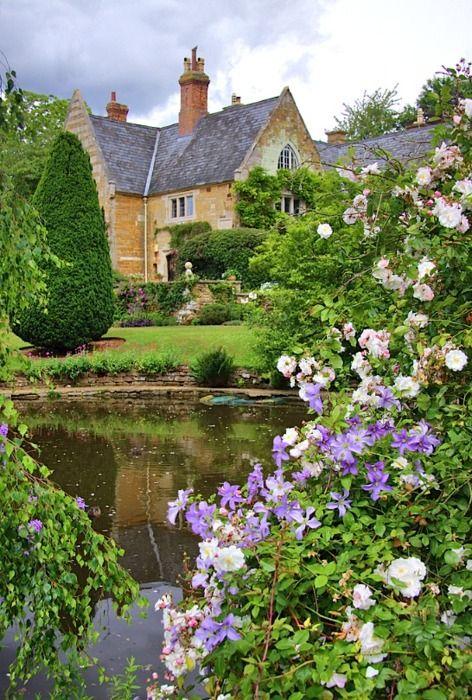 Ein Teich Umgeben Von Rosen Aaacchhhh Wie Schon Und Dann Noch Dieses Haus Zauberhaft Cabana De Jardin Jardin Ingles Jardines De Campo Ingleses