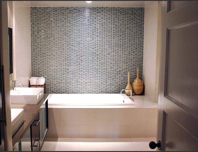 Liking The Glass Tile Contrast To Draw Eye To Focal Point On Back Wall Of Shower Tub Bathroom Design Small Small Space Bathroom Minimalist Small Bathrooms