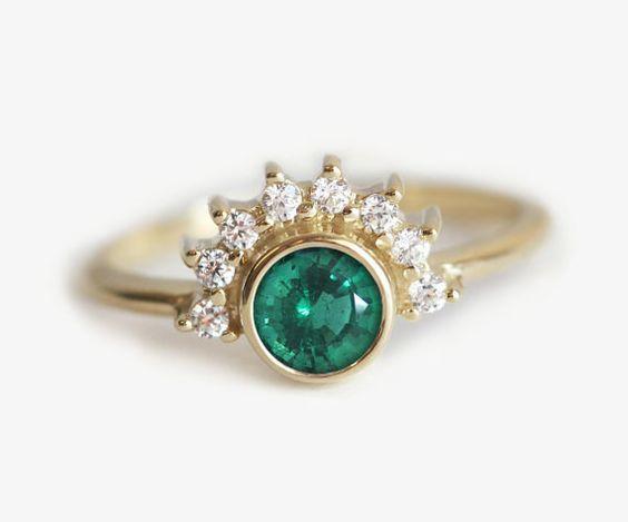 Este anillo de esmeralda de estilo Art Deco:   26 Razones por las que los anillos de compromiso son mejores cuando son coloridos