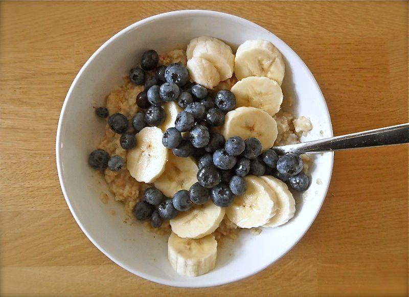 Ontbijt of lunch. Havermout met fruit. Handige mee-neem portie voor bijvoorbeeld naar het werk.