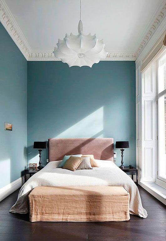 Schlazimmer Bedroom Grosses Rosanes Bett Vor Einer Hellblauen Wand