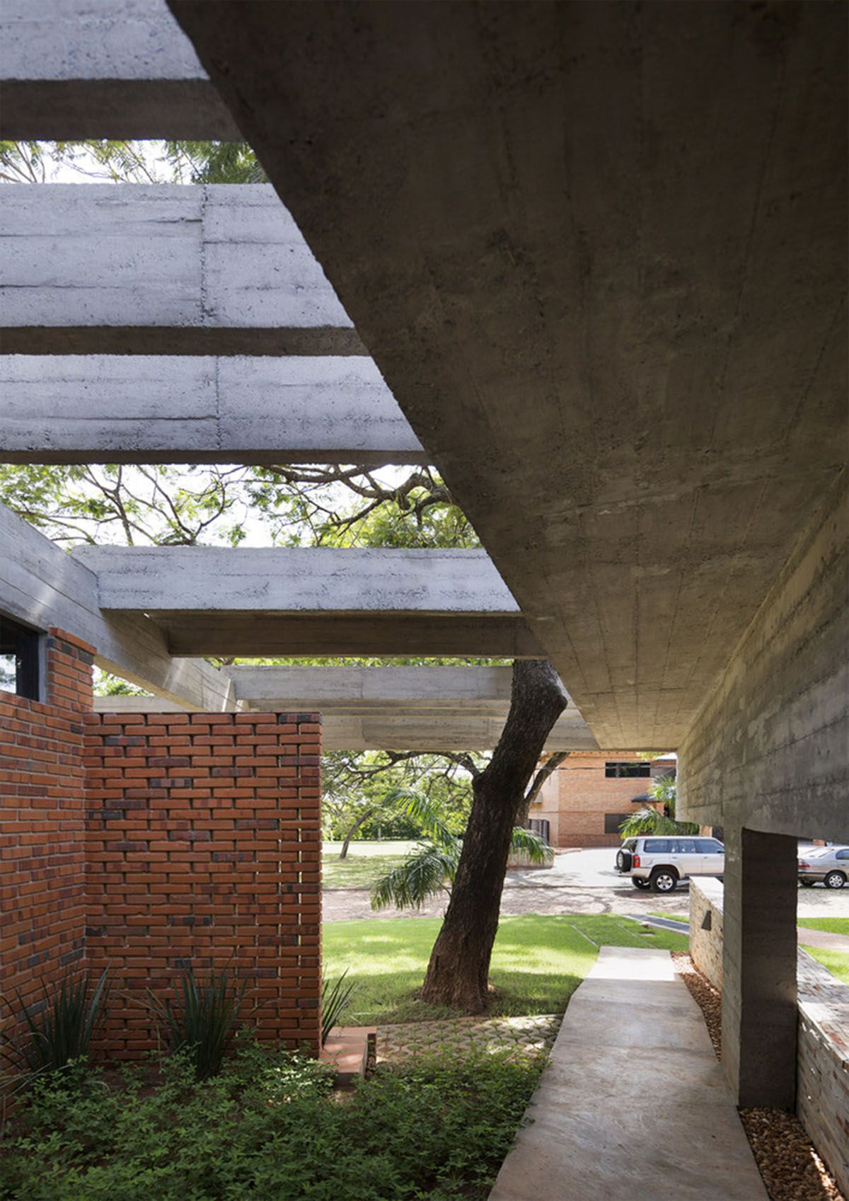 Concrete Roof Slabs And Surfaces Freely Fly Over This Brick House In Paraguay By Culata Jovai Group Concrete Roof Concrete Houses Facade Architecture