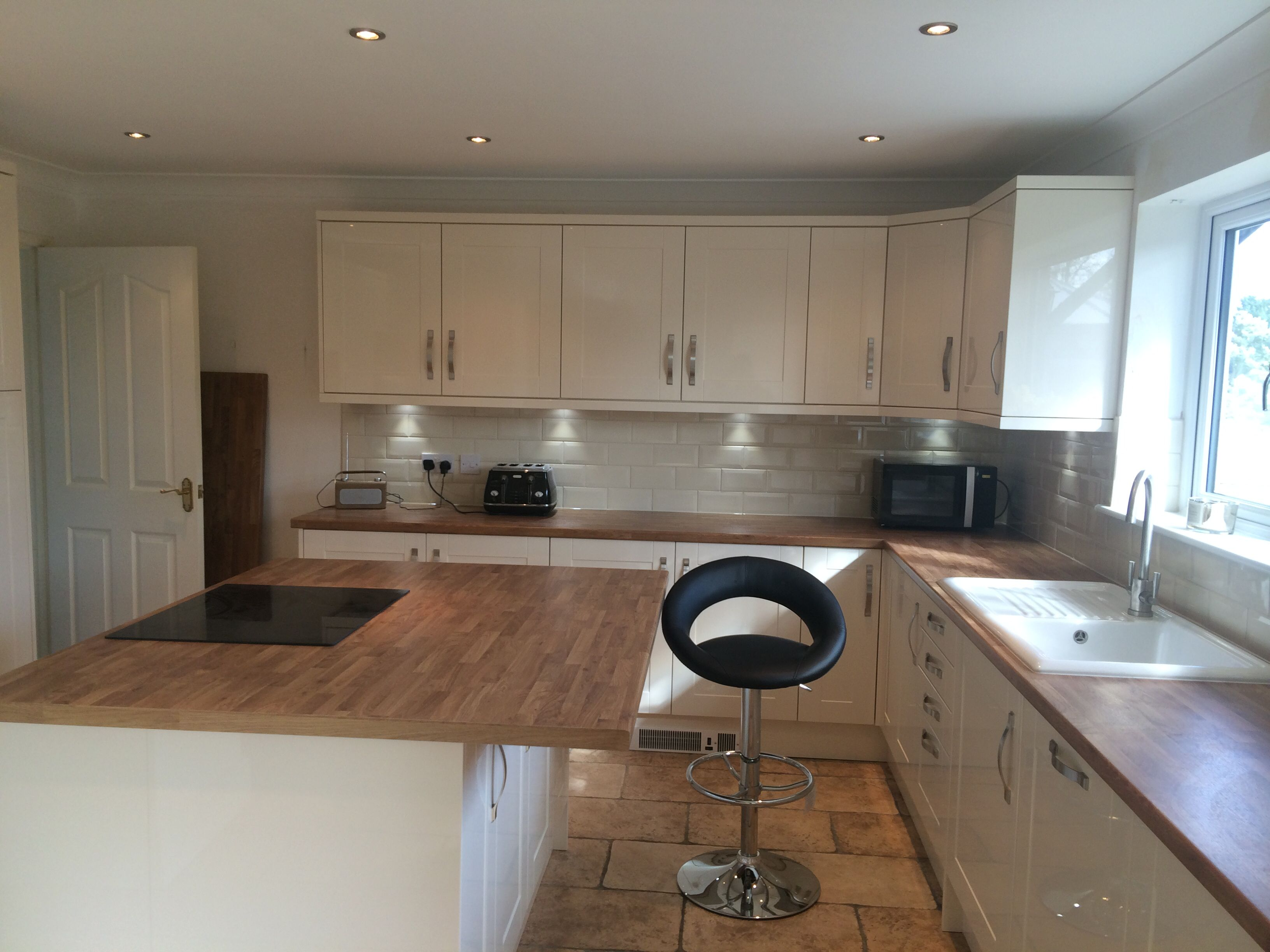 High Gloss Cream Shaker Style. Oak Laminate effect worktop. Total ...