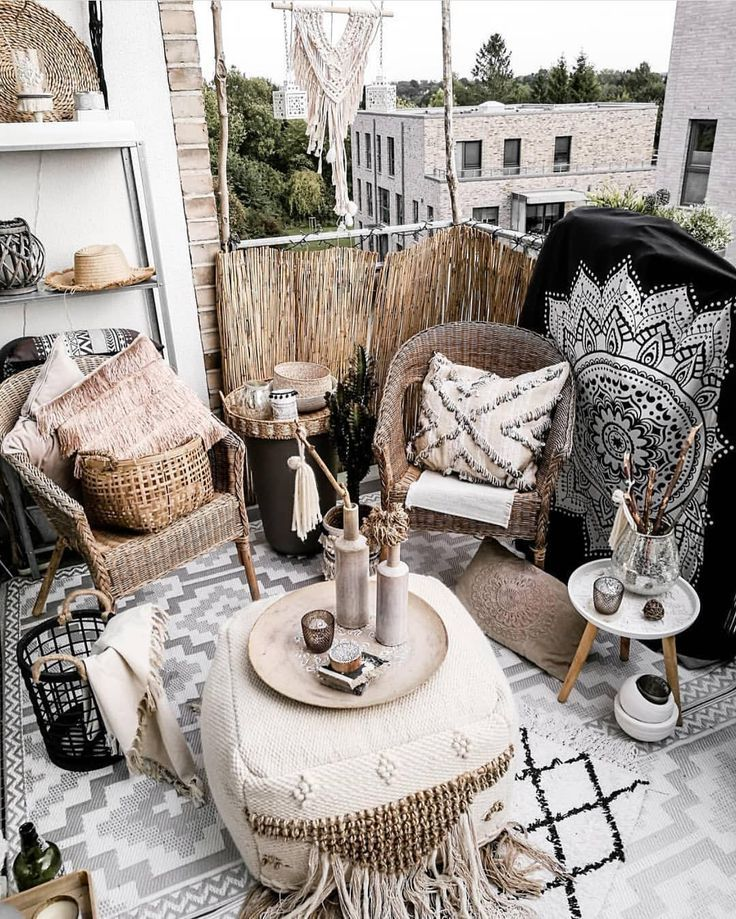 Bohemian Style Balkon Deko mit viel Stoffen und Texturen