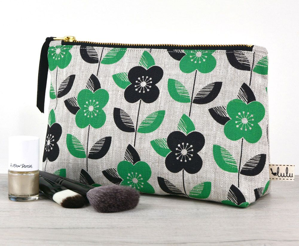 Large makeup bag with daisy print by luluandluca on Etsy https://www.etsy.com/listing/253016640/large-makeup-bag-with-daisy-print
