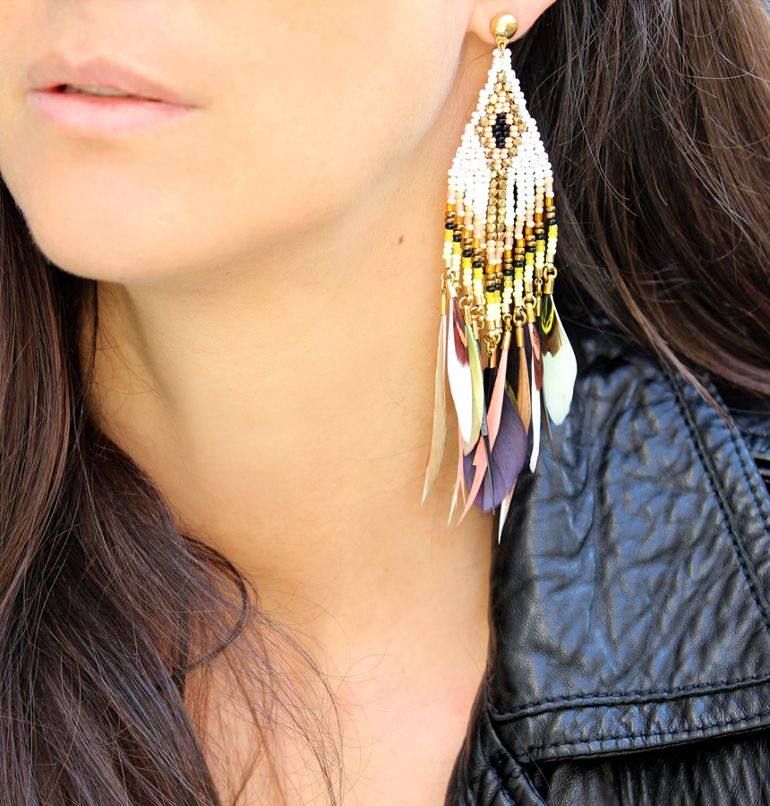 The feather earring: from bohemian to chic...