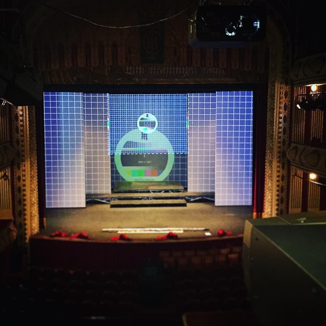 Preparando sorpresas para año nuevo en el @teatrochapi Trabajando agusto como siempre. #projection #tw #pin #bestoftheday #instagood #millumin #proyeccion