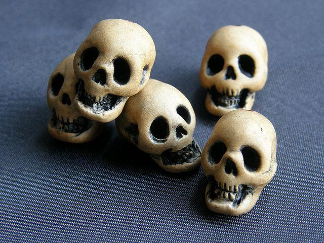 INSPIRATION - DIY (?) Skull Beads (Source : http://www.flickr.com/photos/deadspider/5432040442/in/set-72157622088845469) #halloween #diy #skull #decor