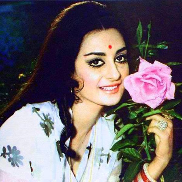 Saira Banu Wiki Age Height Bio Worth Assets Husband In 2020 Beautiful Bollywood Actress Vintage Bollywood Indian Actresses