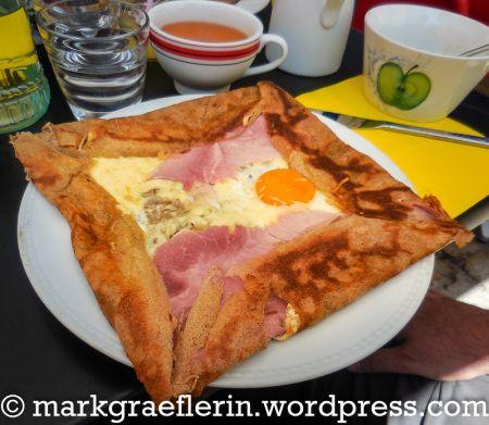 https://markgraeflerin.wordpress.com/2015/08/25/galette-complete-oeuf-jambon-fromage-oignons-mit-ei-schinken-kaese-zwiebeln/