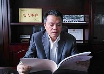 Chinese Millionaire Xiong Shuihua Returns Home and Gives Everyone Luxury Flats