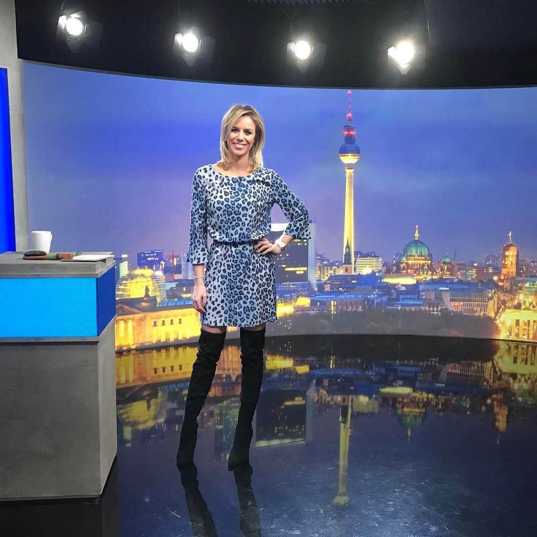 """Sandra Kuhn ziet er vandaag stijlvol uit tijdens """"RTL 2 News"""""""