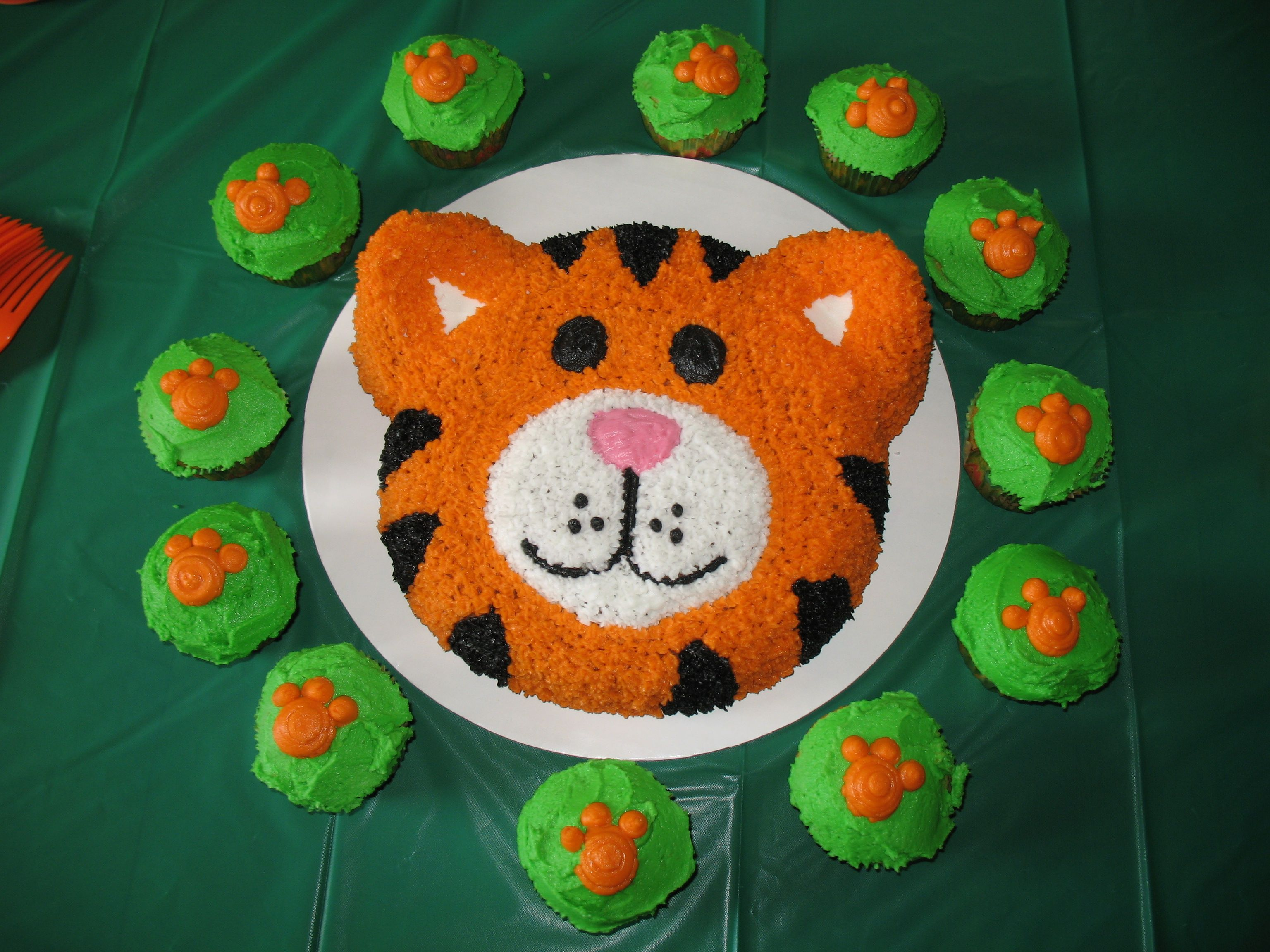 tiger cakes for kids Tiger Cake with Cupcakes Yummy Pinterest