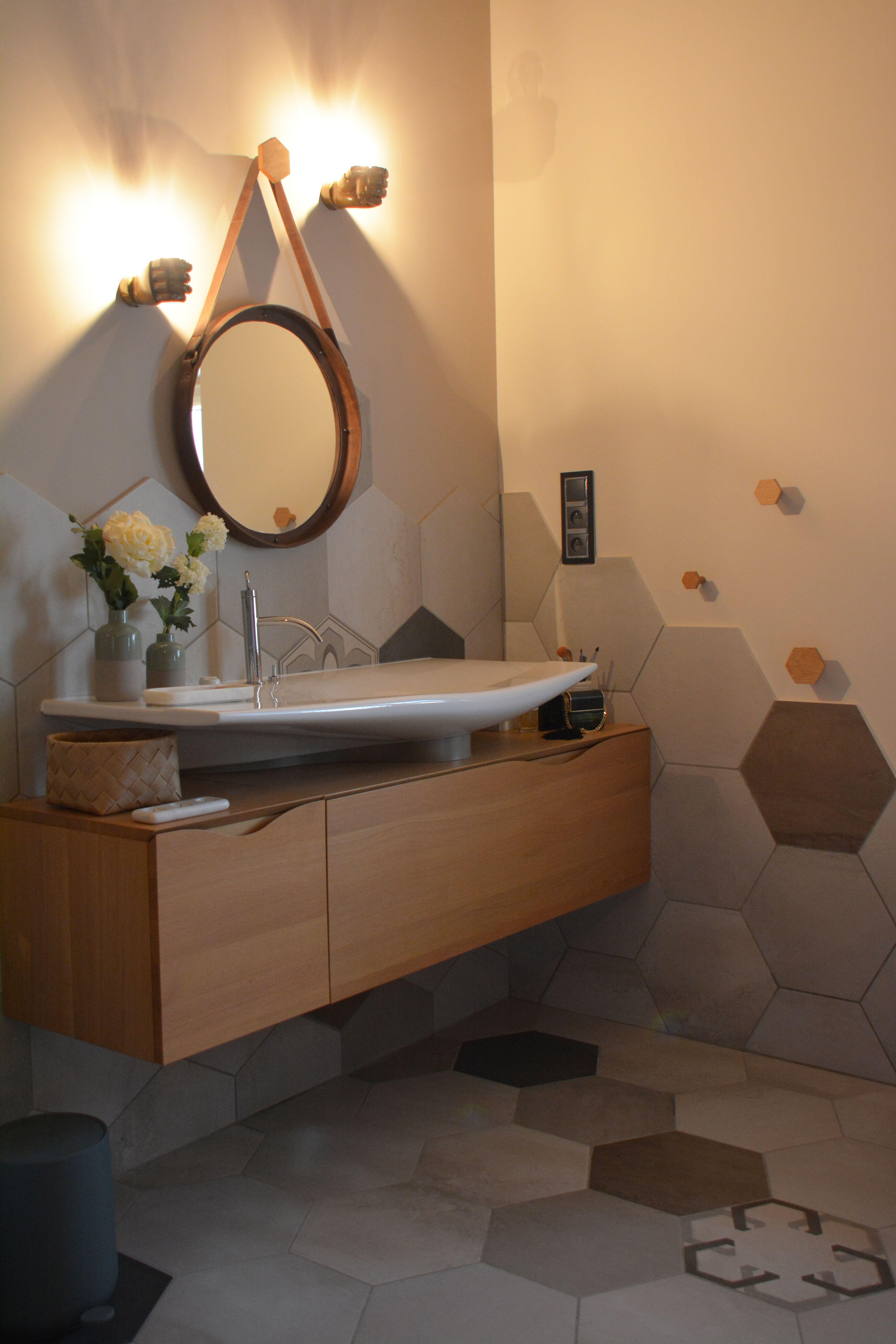 décoration de la salle de bain avec carreaux ciment hexagonaux beige ...