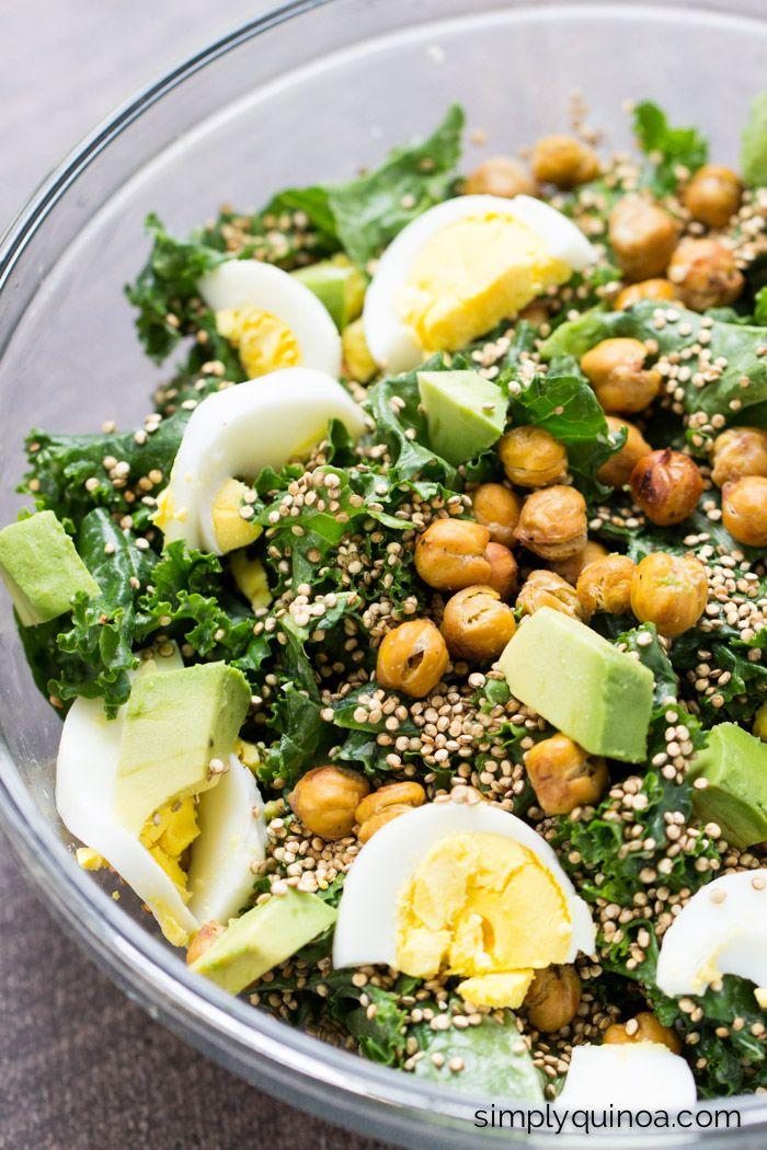 O meu salada de couve favorita no mundo .... com grão de bico, quinoa crocante torrado e um molho de limão-tahine!