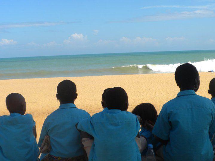 Los chic@s de Benín (ÁFRICA) en la playa. Nos la envía Joana.