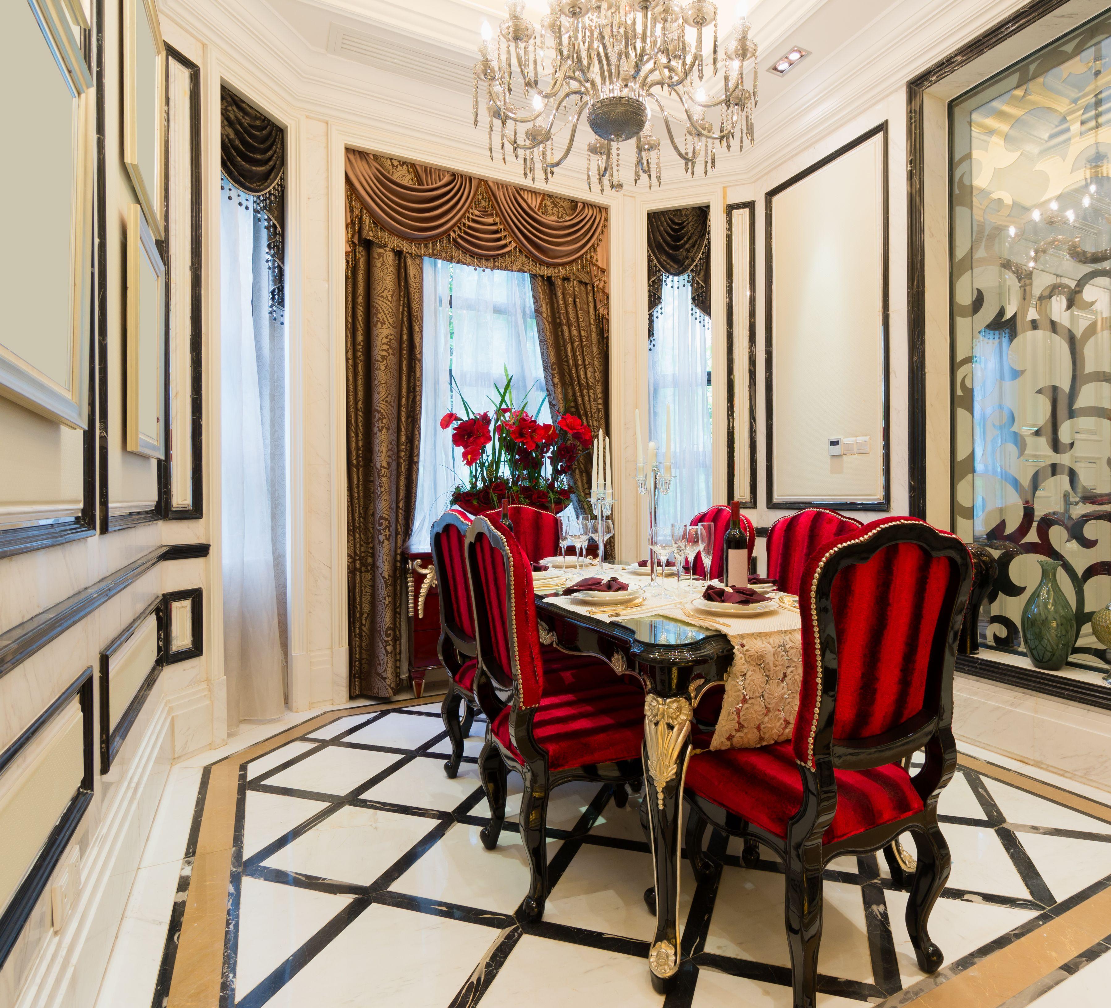 Elegancka Bialo Czarna Jadalnia W Ktorej Elementem Charakterystycznym Sa Czerwone Krzesla Stol Luxury Dining Room Beautiful Dining Rooms Dining Room Design