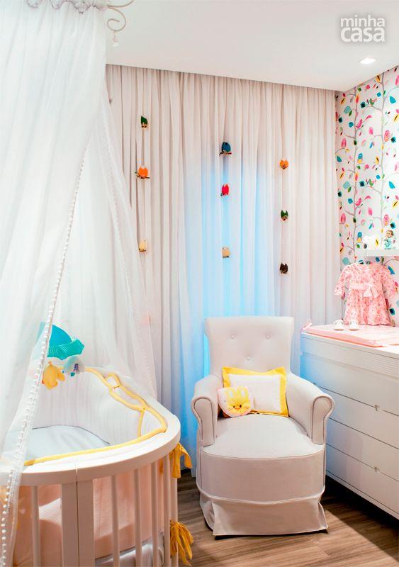 O quarto de Clara ganhou papel de parede londrino e pingentes de cortina em formato de coruja