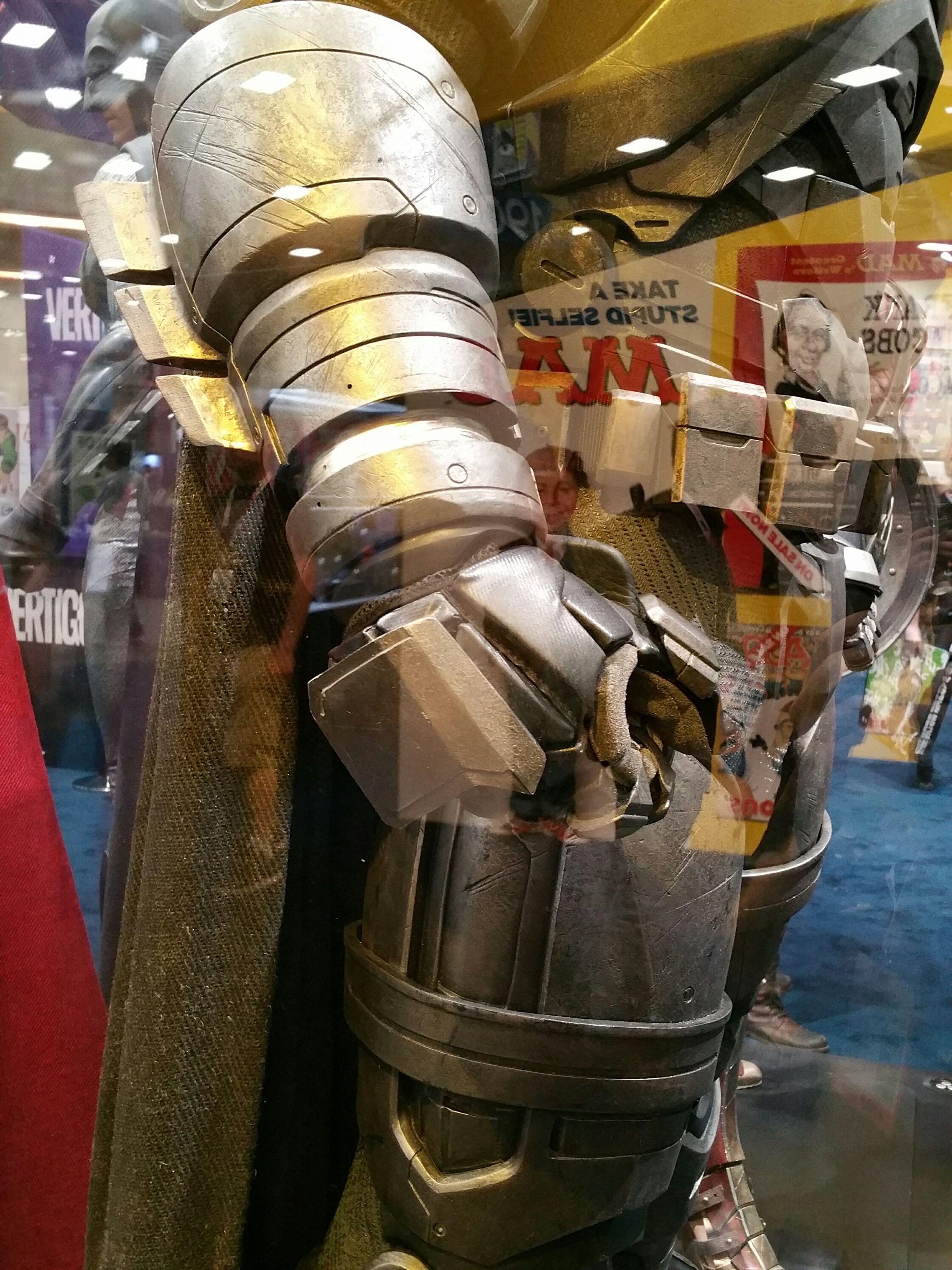 batman-v-superman-armor-comic-con-image1.jpg (2241×2988)