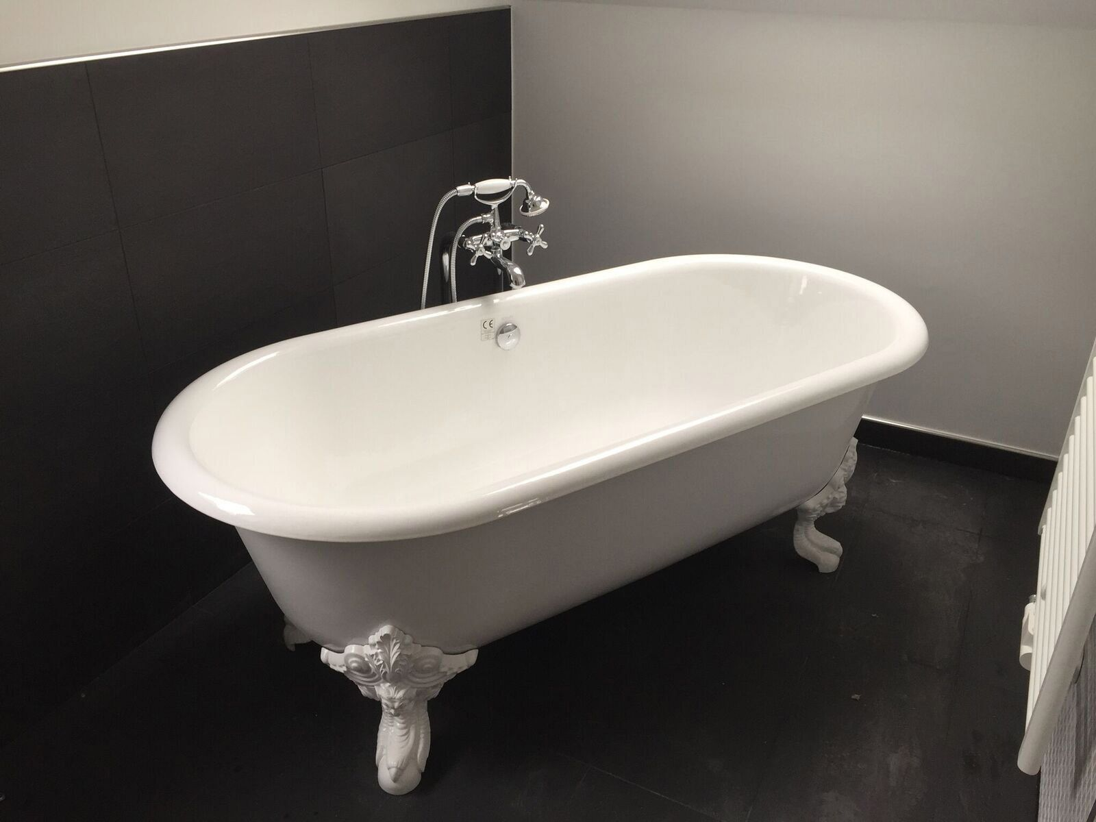 Diese Freistehende Badewanne Ist Das Richtige Fur Menschen Mit Besonderem Geschmack Die Barocken Fusse Und Freistehende Badewanne Badewanne Freistehende Wanne