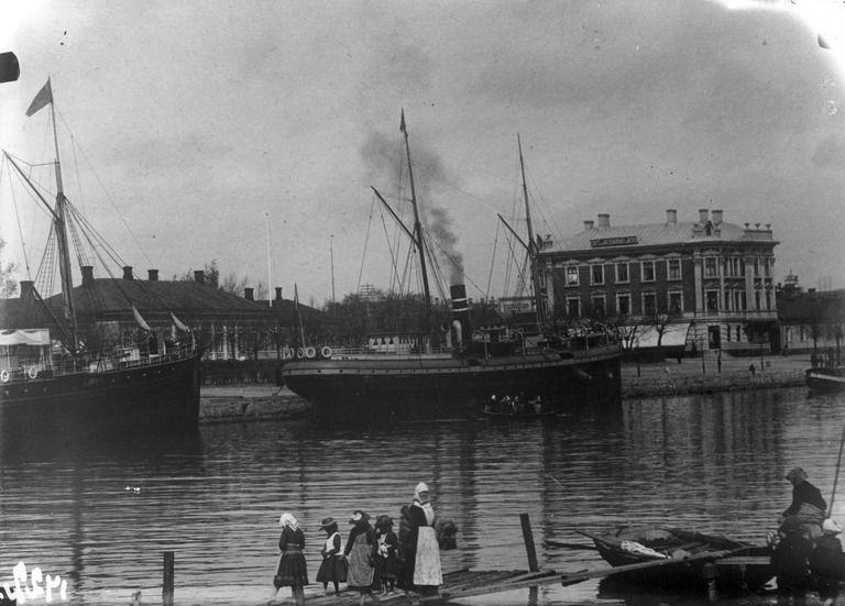 Matkustajalaiva Jakobstad (Helsingfors) Aurajoen rannassa.  Tuntematon Helsingin kaupunginmuseo.