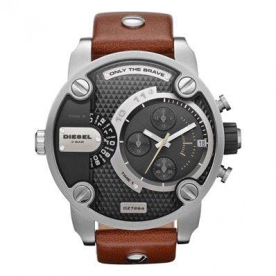 Diesel DZ7264 Schitterend lerenband horloge van Diesel. De kast is gemaakt van Roestvrijstaal, dit zorgt voor een stoer uiterlijk en is bovendien erg sterk.  Het horloge geeft op twee manieren de tijd weer. De DZ7264 heeft daarnaast een datumweergave en is 3 Bar waterdicht.   Diesel Only The Brave