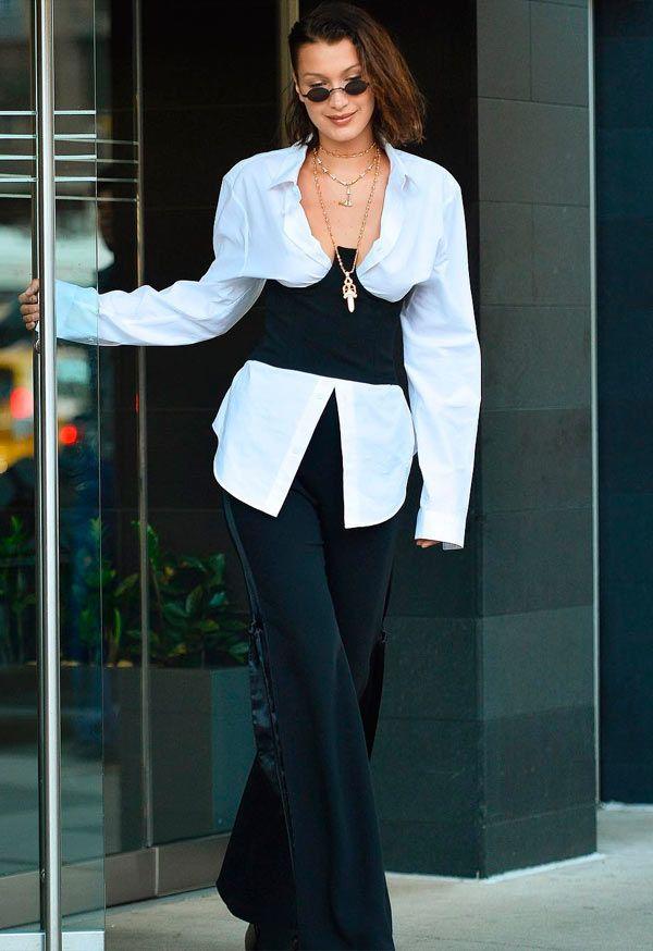 Bella Hadid usa look acinturado com camisa branca 110a7c0043b80