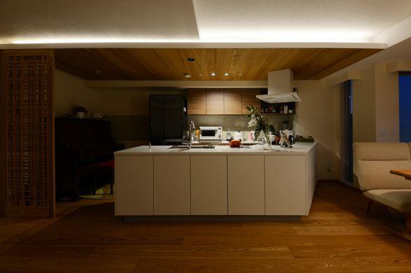キッチン天井には床と同じフローリング材を貼り 少し天井を落とし こもれる雰囲気を出しました フローリング材 フローリング リビング