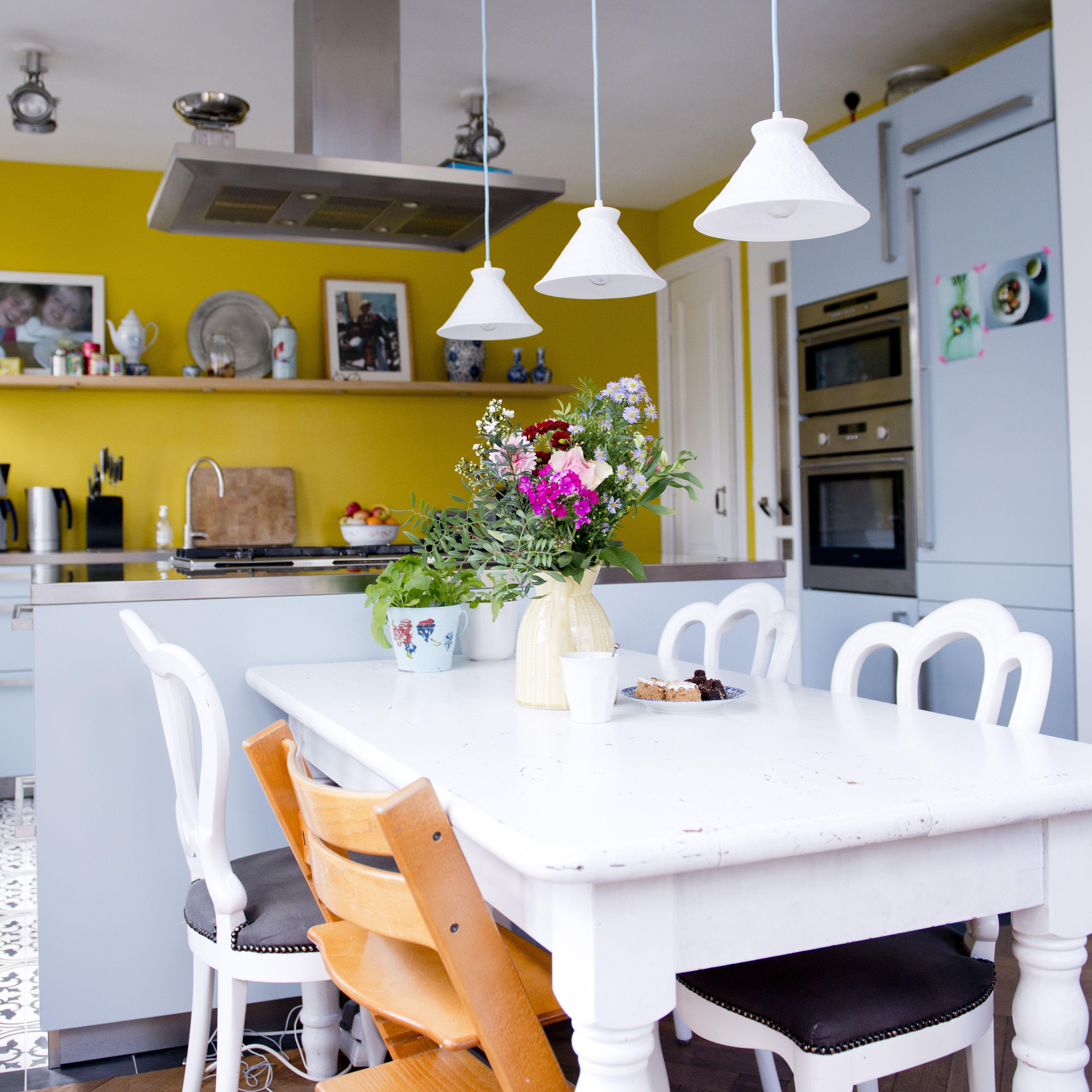 salle manger avec un mur jaune moutarde dining room