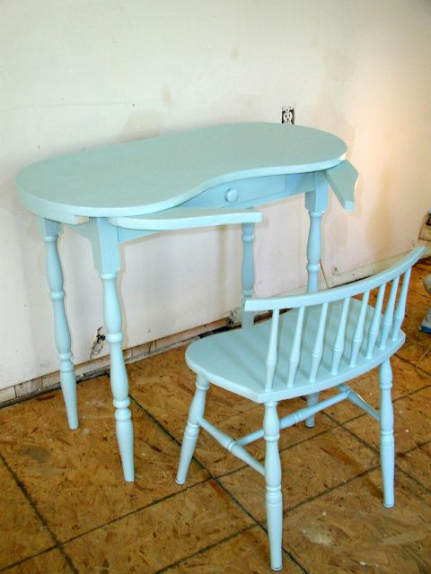 Exceptional Kidney Shaped Vanity Skirts | Kidney Shaped Vanity Table And Chair Painted  In Aqua Blue «