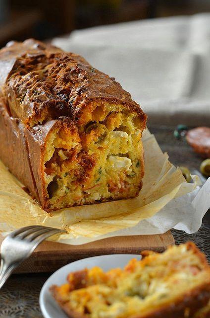 Cake au chorizo, feta et olives