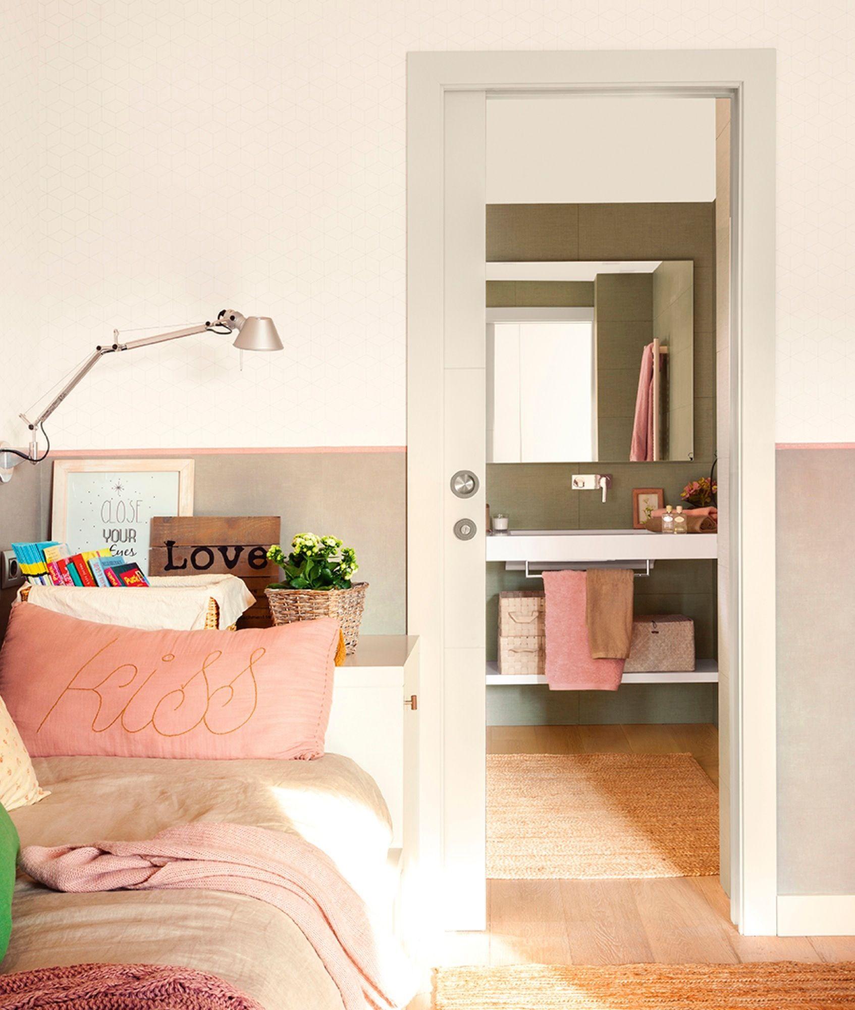 Dormitorio infantil con cama nido comunica al ba o por una for Habitaciones con puertas correderas